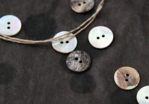 zierratundgold: Perlmutknöpfe