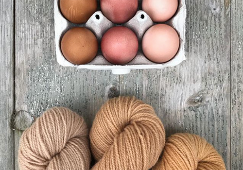 NATURKINDER: Oster Eier mit Naturfarben färben (Zwiebelschalen und Avocados) | Dyeing Easter Eggs with Natural Colors (Onionskins and Avocados)